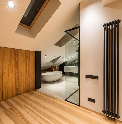 Décoration salle de bains dans les combles