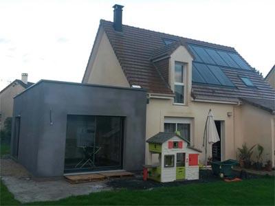 Réalisation d'extension à toit plat en enduit et bac acier